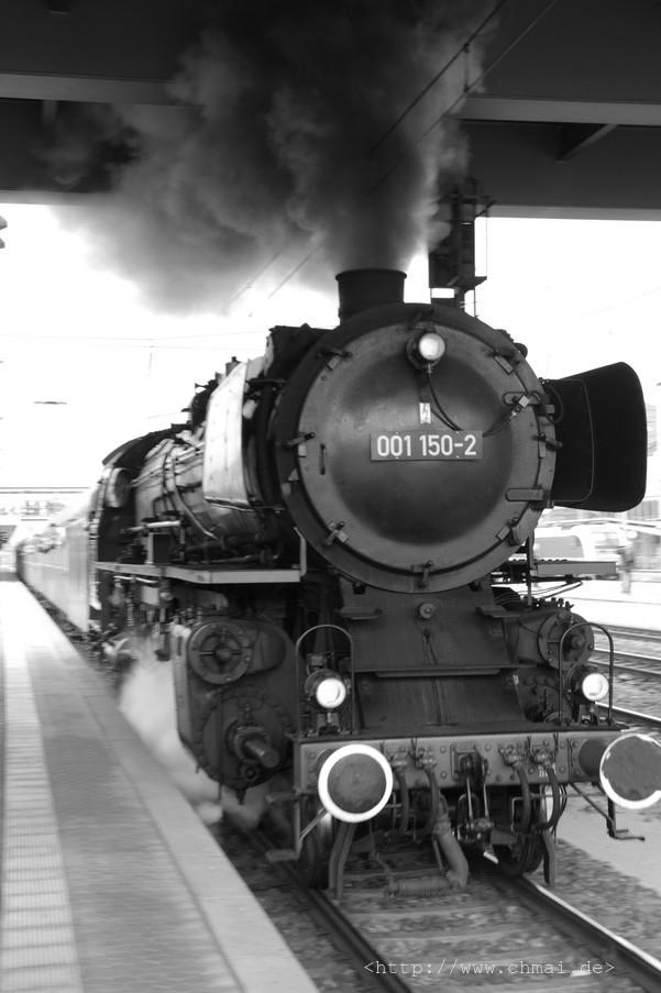 Dampflok 01 150 bei der Ausfahrt aus dem Bahnhof Regensburg